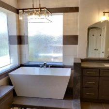 Malé koupelny v příjemných barvách