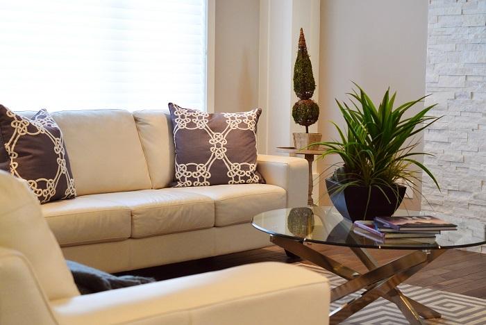 Ako zariadiť obývačku v bledých farbách